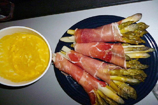 Asparagu with Parma ham and roasted pepper coulis