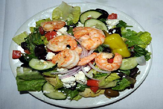 Greek salad with grilled shrimp - A recipe by wefacecook.com