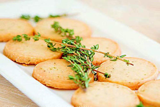 Parmesan and thyme crackers - A recipe by Epicuriantime.com