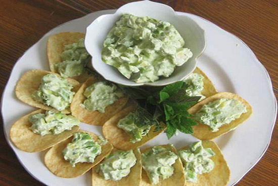 Avocado dip with mint on tortilla chips