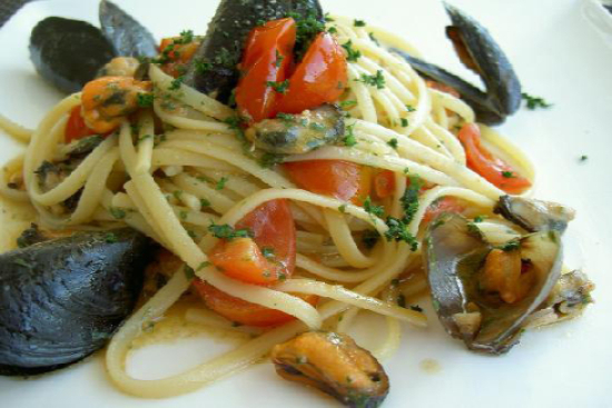 Garlic mussels with pasta and cherry tomatoes